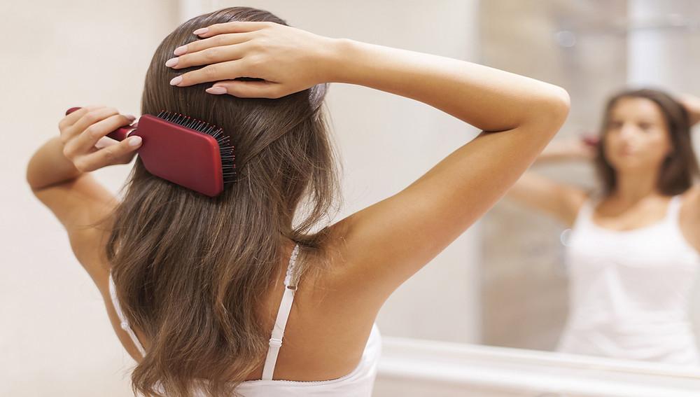 Выберите подходящую щетку для волос.