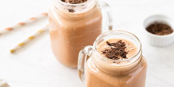 Шоколадный молочный коктейль с арахисовым маслом