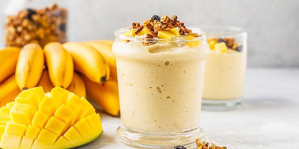 Легкий смузи с манго и бананом