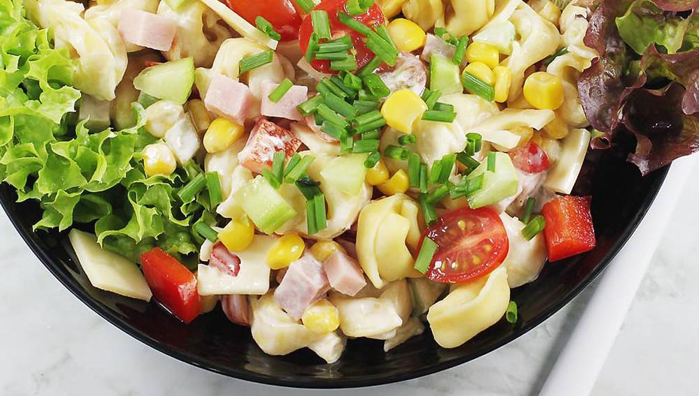 Салат с тортеллини и ветчиной