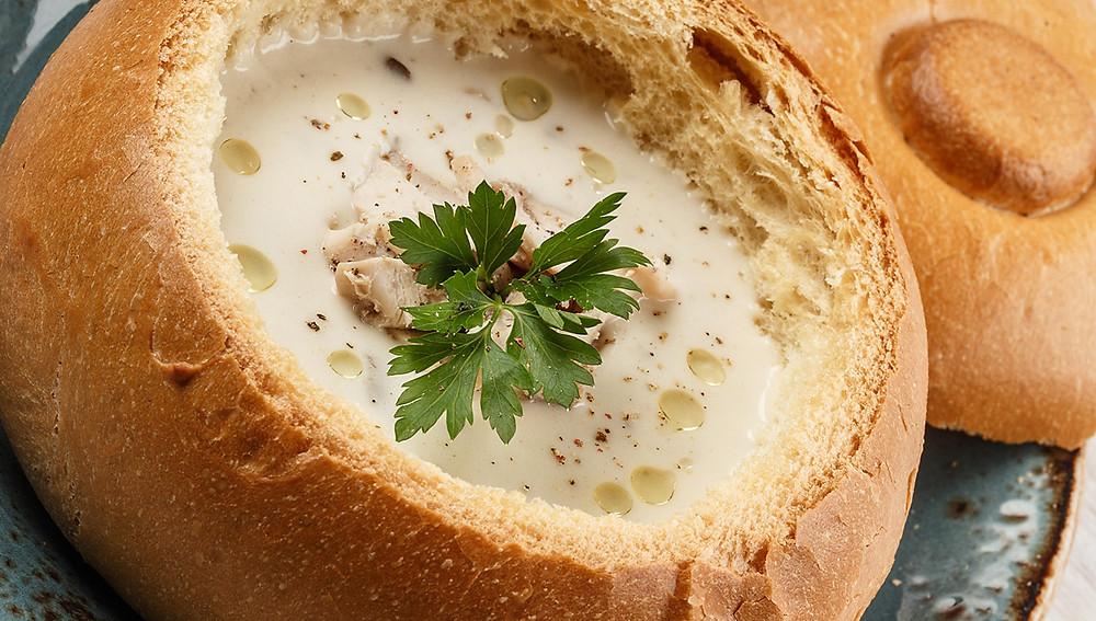 Сырный суп в хлебных мисках