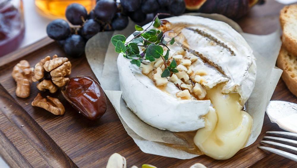 Запеченный камамбер с инжиром и ореховой крошкой