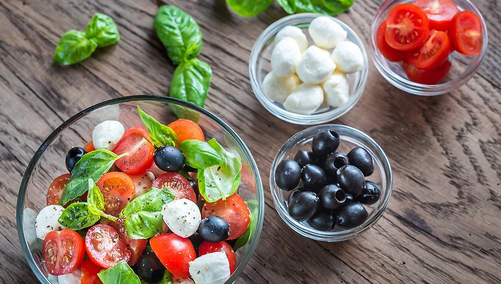 Салат с черными оливками и моцареллой