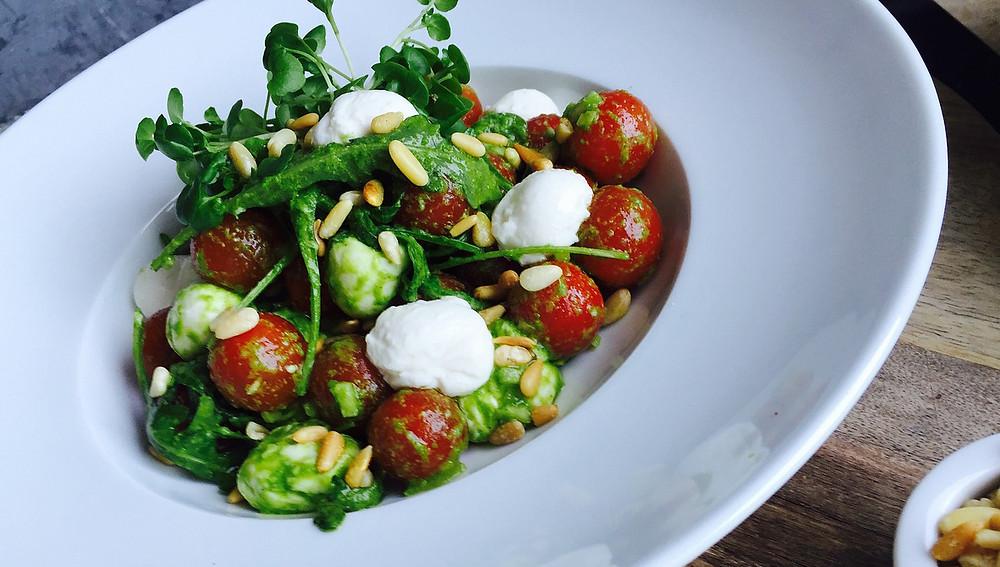 Салат с жареными кедровыми орешками и моцареллой