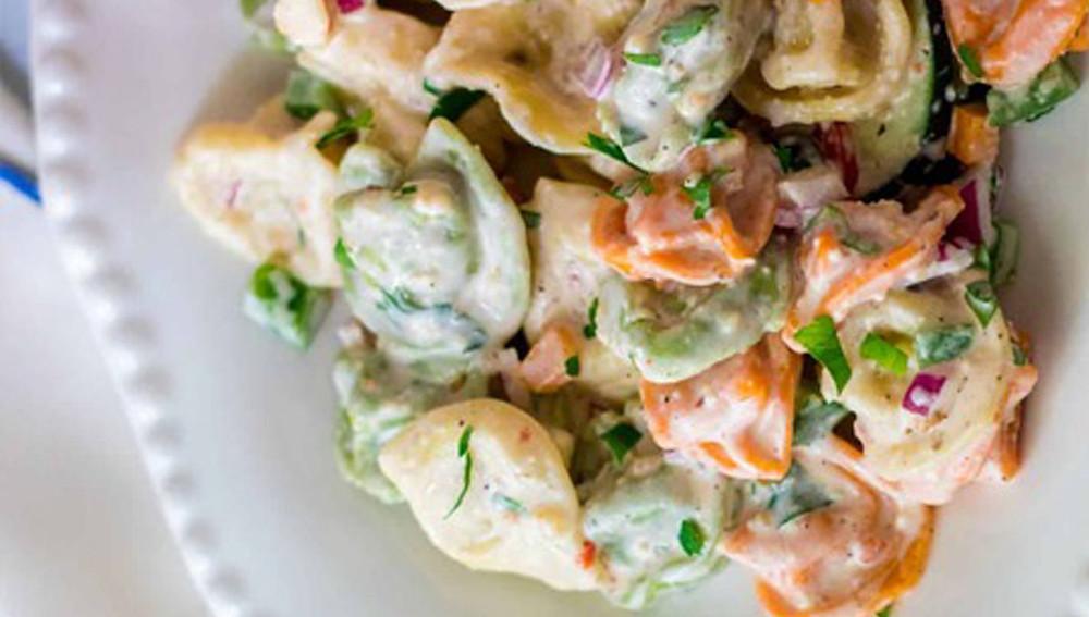 Красочный салат тортеллини