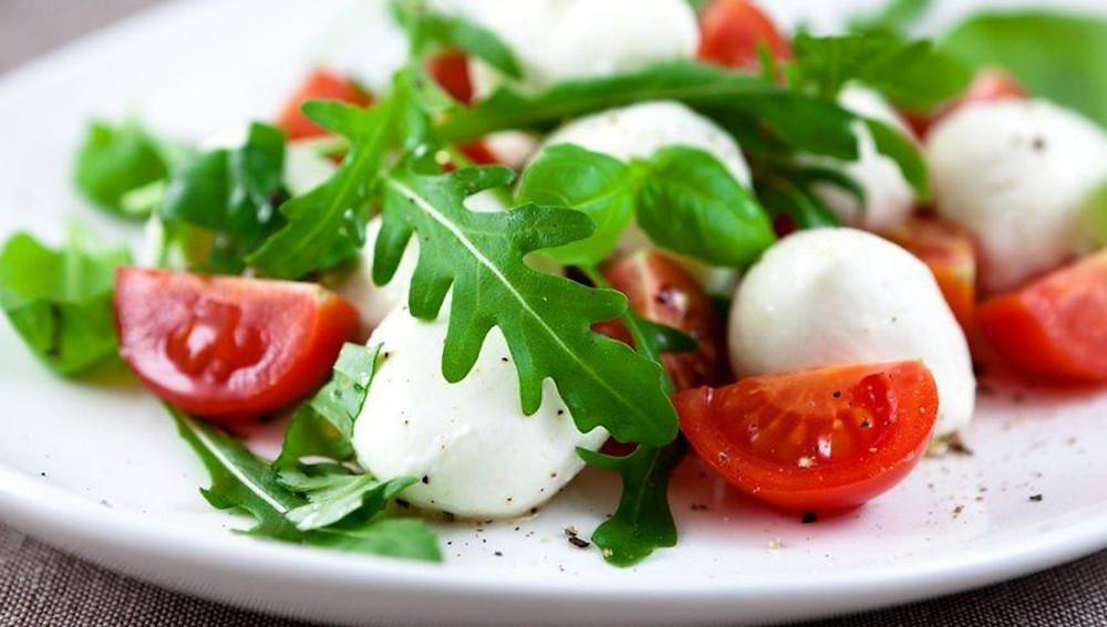 Салат с помидорами черри и рукколой и моцареллой