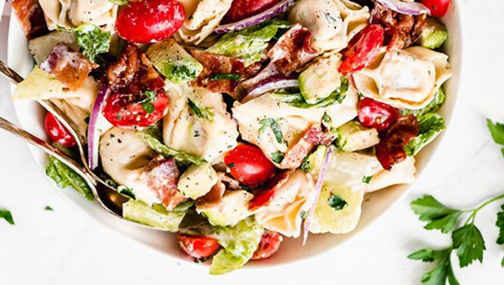 Салат тортеллини и бекон