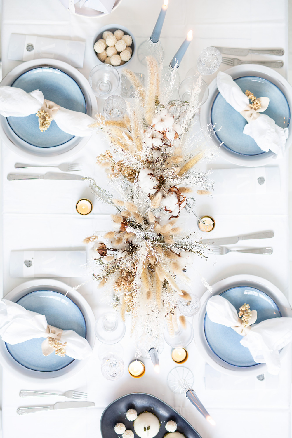 winter table decorations in white and blue
