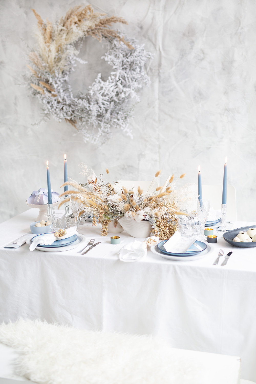 white and blue table decorations with natural centerpieces and candlelight