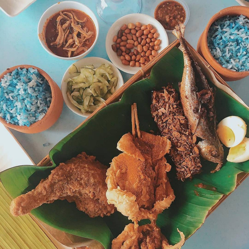 Projek Nasi Lemak with fried chicken, fried squid and fried fish