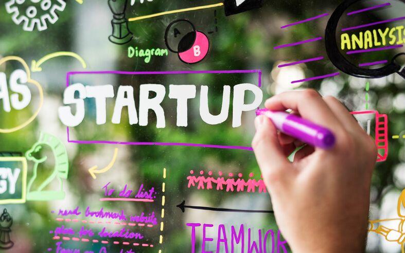 Imagem com cores vibrantes com foco no termo Startup.