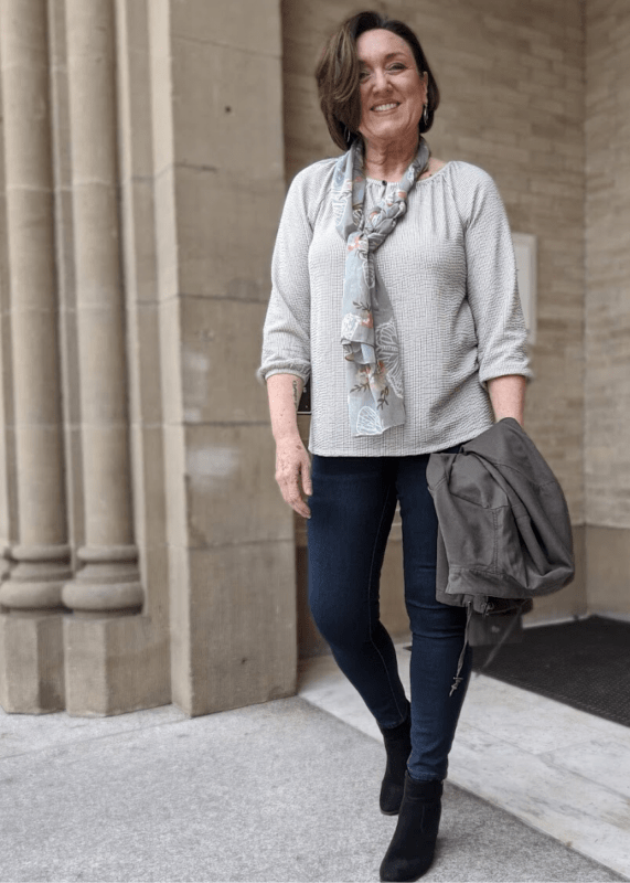 olive green peach spring outfit idea with jean leggings and jacket