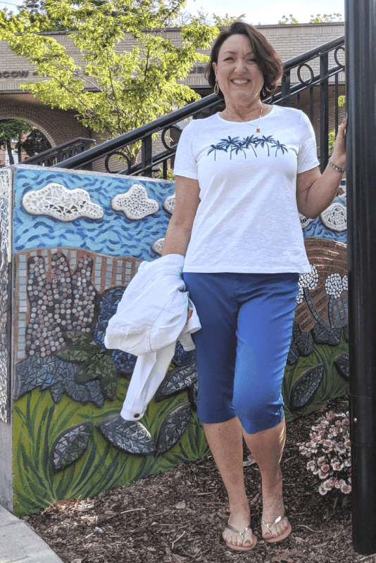 Summer outfit with palm tree graphic t-shirt and marine blue skimmers.