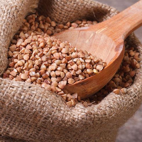 graine blé noir sarrasin dans un sac avec cuillère en bois