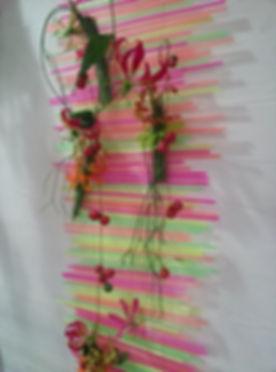 Décoration murale en paille et fleurs