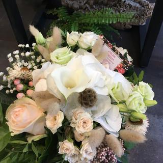 Bouquet harmonieux dans les teintes de rose pâle et blanc
