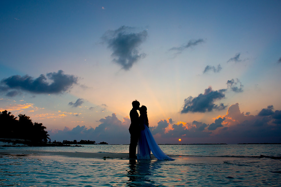 silhouette-photo-of-man-and-woman-kisses