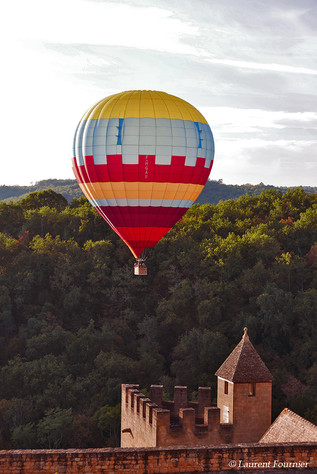 BEYNAC,_(Dordogne)_Montgolfière_&_tourel