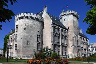 Angoulème___hotel_de_ville_(facade_sur_r