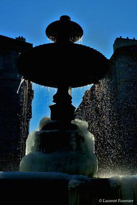 BEZAK fontaine place Marulaz (glace en c