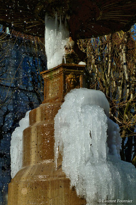 BEZAK fontaine place Marulaz (cascades d