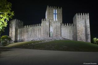 Guimarães-Castelo_by_night_(Acqui_Nasceu