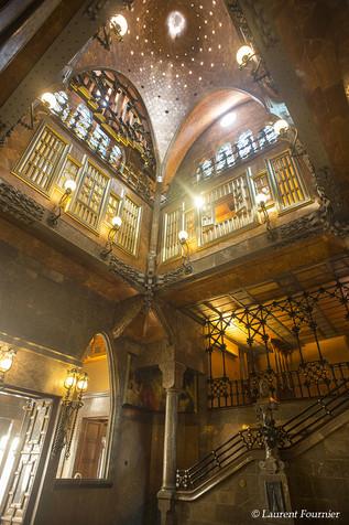 Barcelona_Palau_Güell_(escaliers,_patio,