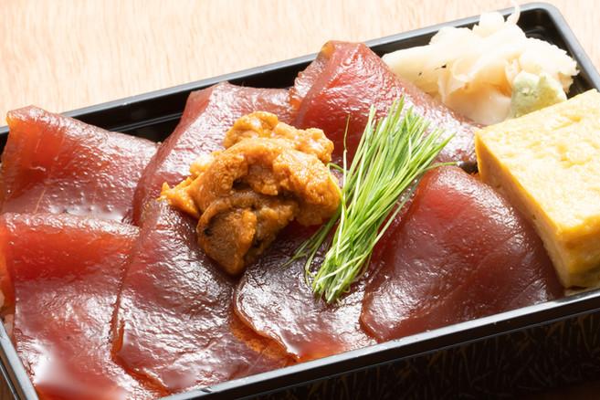 メバチマグロの漬け丼(雲丹のせ)1,200円(税込み)