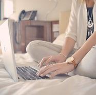 침대에 노트북 타이핑