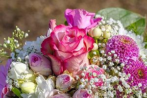 Strauß mit rosa Rosen und Schleierkraut
