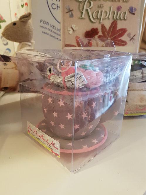Nécessaire de couture dans une petite tasse