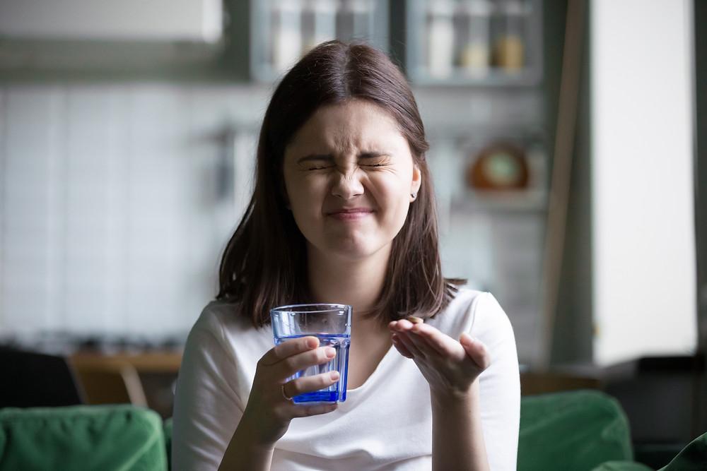 טיפול בדיכאון ובחרדות ללא תרופות - זו השאלה - בחורה מתלבטת