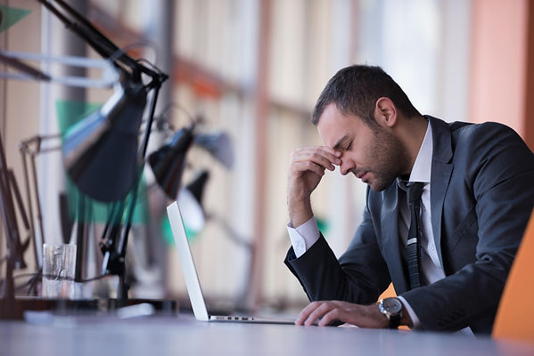 אדם בחרדה בעבודה