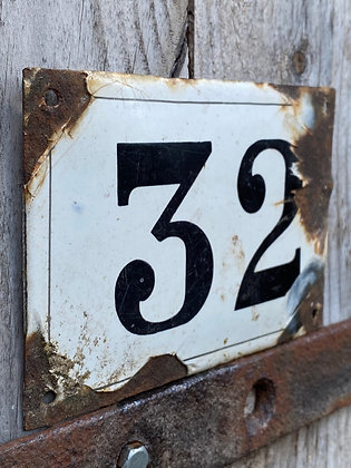 FRENCH ENAMEL NUMBERS : Black and white enamelled vintage plaques. 19 30 32