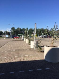 zicht parkeerplaasten met plantpotten