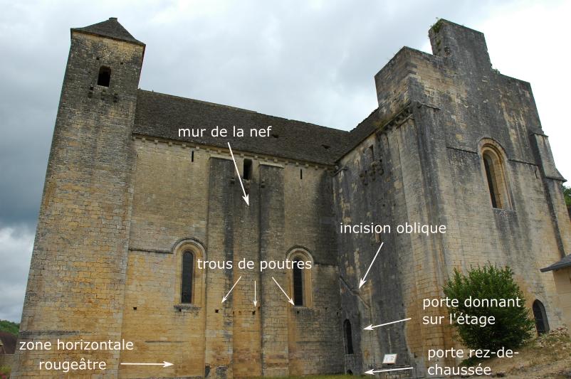 Mur de la nef avec informations sur les traces visibles du cloître