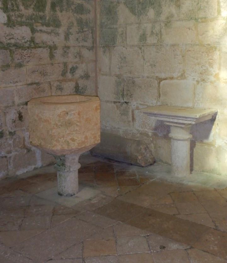 Photo de la cuve baptismale et de la tablette