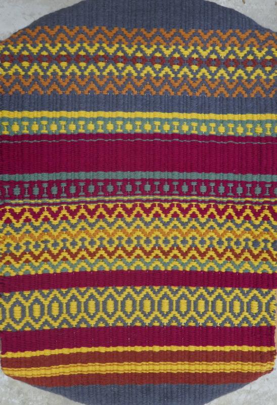 אריגת שטיח בנול במרכז הסדנאות ביודפת