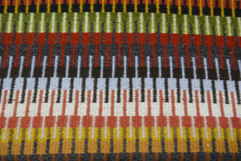 שטיח צבעוני באריגה על נול