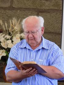Ds Andries Bezuidenhout het die diens met Skriflesing en gebed begin