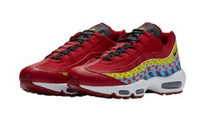 Essa edição do Nike Air Max 95 ganhou coroas e diferentes gráficos em sua composição