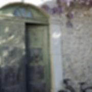 ancienne porte dans authentique chambre d'hote