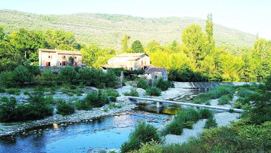 vallee de mialet, quelques vielles maison et riviere