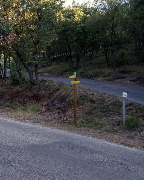 panneau de randonnee au bord de route