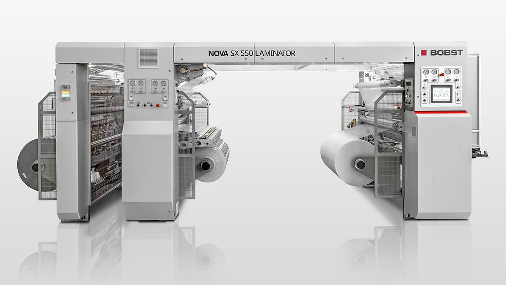 """La contraencoladora NOVA SX 550 LAMINATOR es una máquina """"plug and play"""" diseñada para ofrecer un alto rendimiento coste-eficacia para todas las longitudes de producción en una amplia gama de materiales de soporte y espesores."""