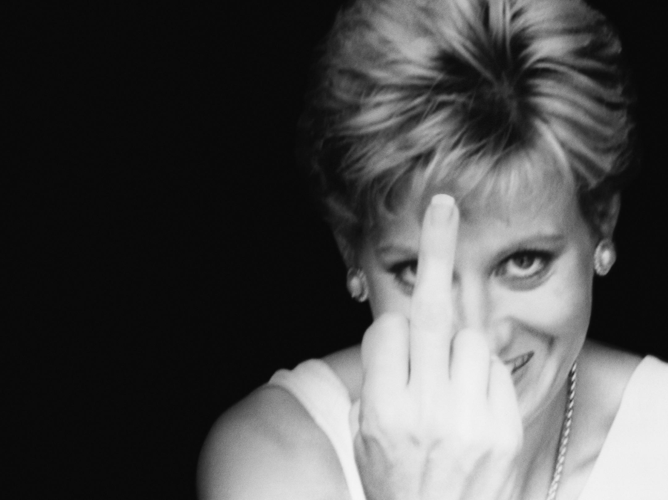 Diana Finger Up