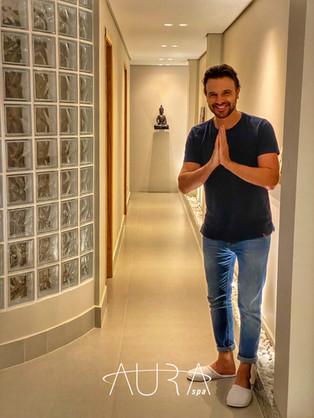 Cliente Aura, o apresentador e          ator Cássio Reis