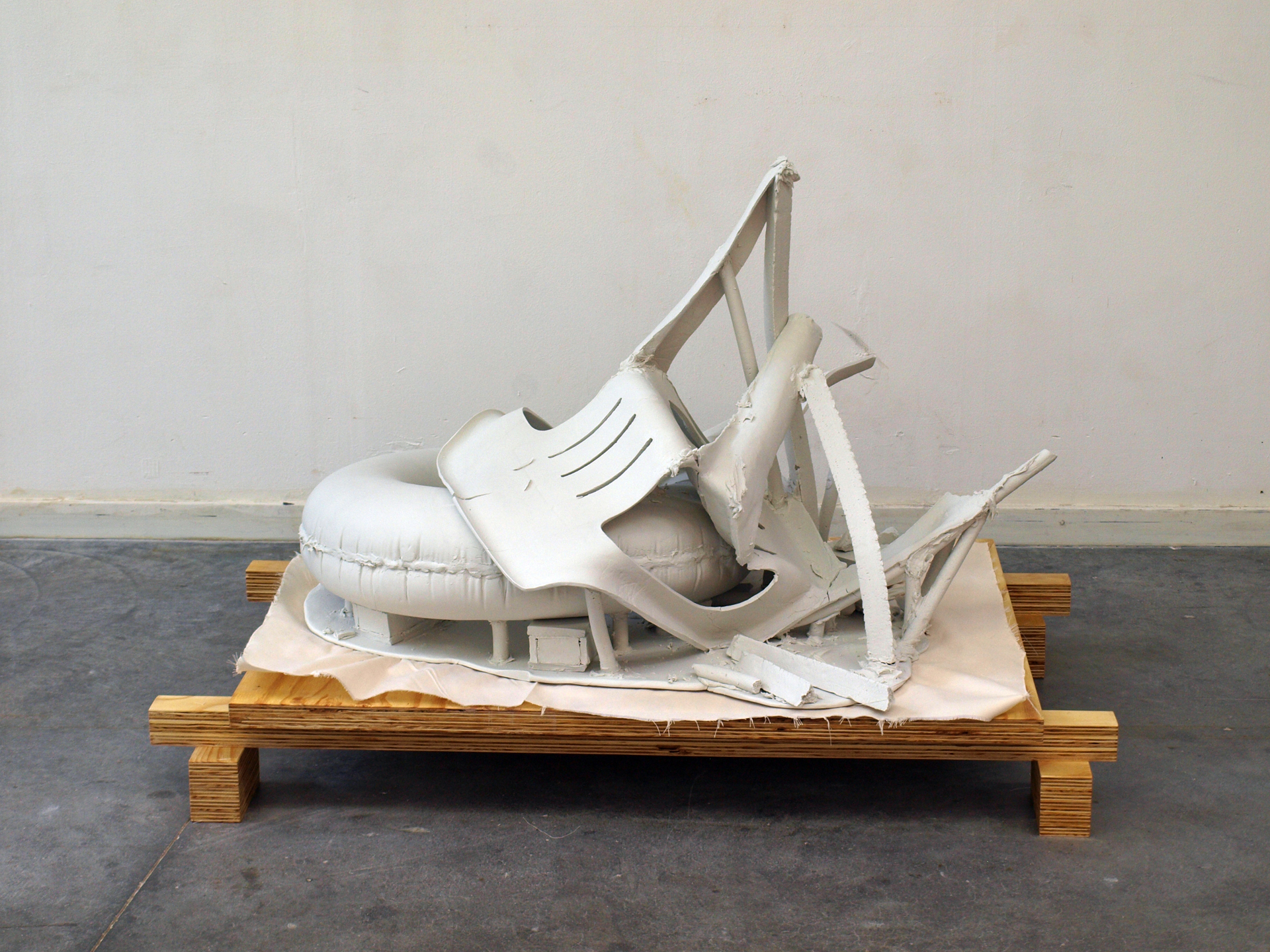 Chair and tire - porcelain - 69x110x80cm