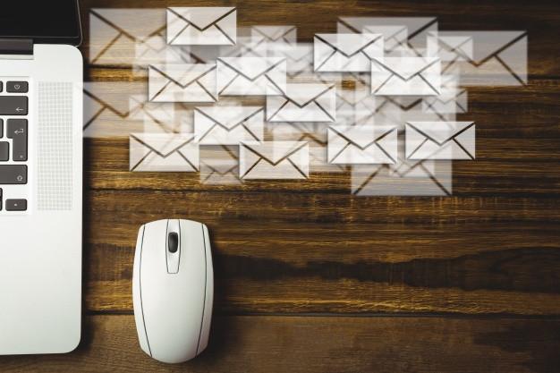 Imagem de um mouse branco e a cima hologramas de cartas de email