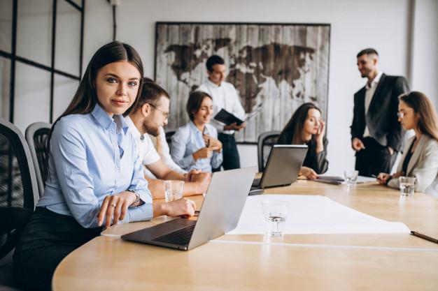 Grupo de empresários em uma mesa durante uma reunião